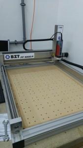 Die neue Fräse mit nivellierter Opferplatte und Montagelöchern